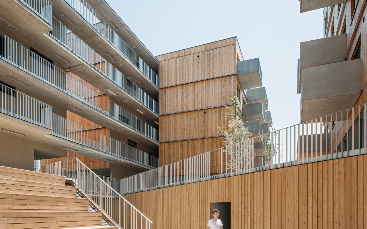 Holztribüne im Holzwohnbau Seestadt Aspern. Foto: Hertha Hurnaus | Berger+Parkkinen Architekten | querkraft