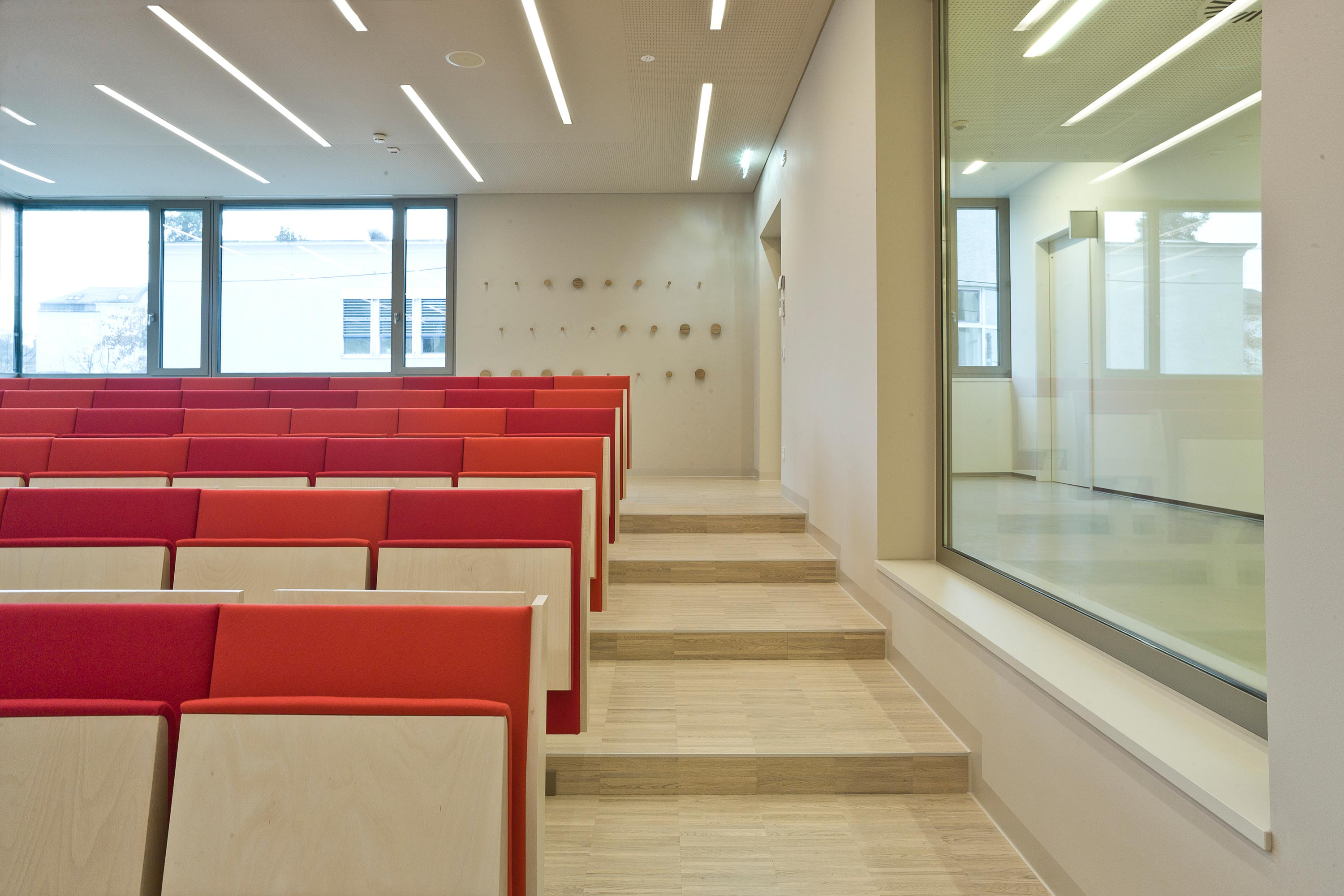 Institute building of Pharmacy, lecture room. Photo: Hertha Hurnaus | Berger+Parkkinen Architekten