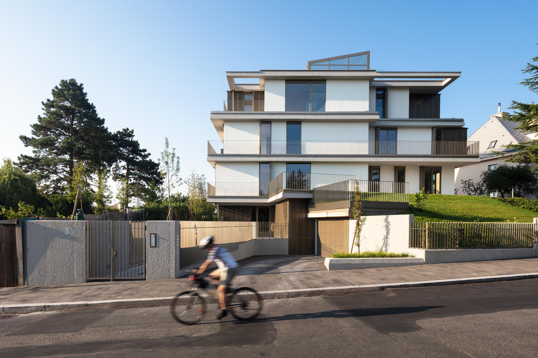 Die an einem Südhang platzierte Stadtvilla PH 35. Foto: Daniel Hawelka | Berger+Parkkinen Architekten