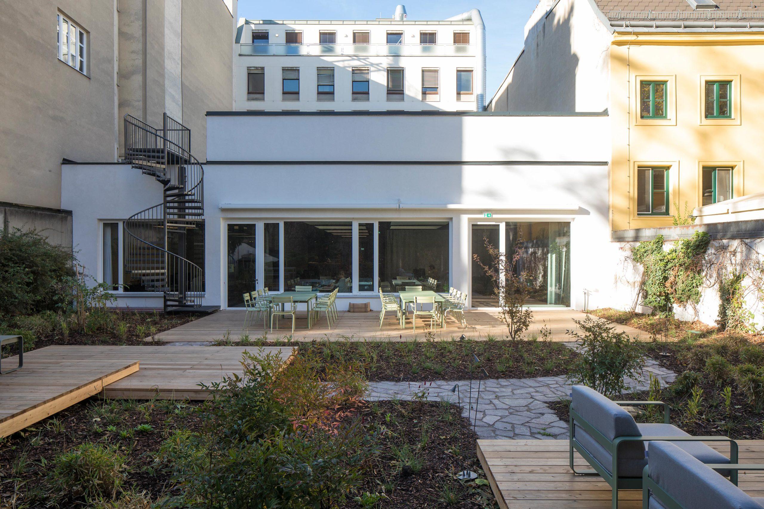 Addendum Editorial and TV-Studio, garden. Photo: Wolfgang Thaler | Berger+Parkkinen Architekten